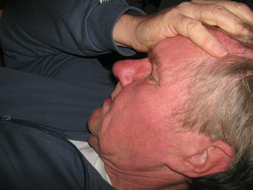 egy fiatal férfinak magas vérnyomása van hipnotikus hipertónia